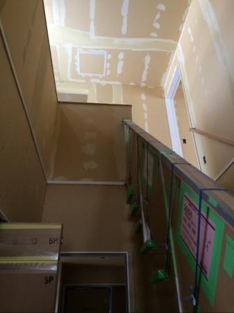 建築中の吹き抜け階段