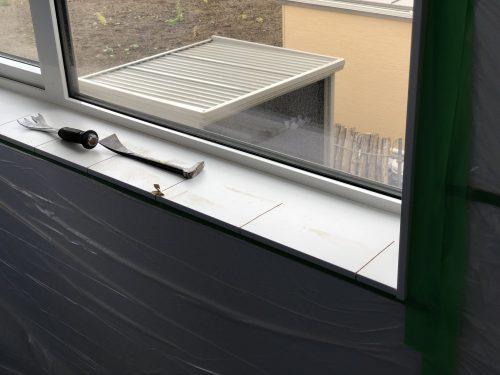丸鋸で切られた窓枠