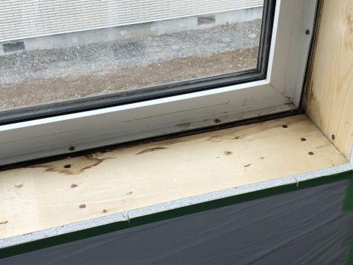 木材に結露した後が確認できる