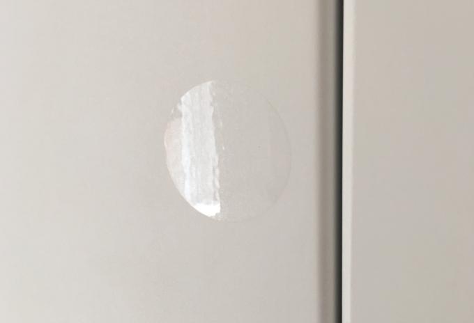 シューズウォールの開閉部分に貼ってある透明のシール
