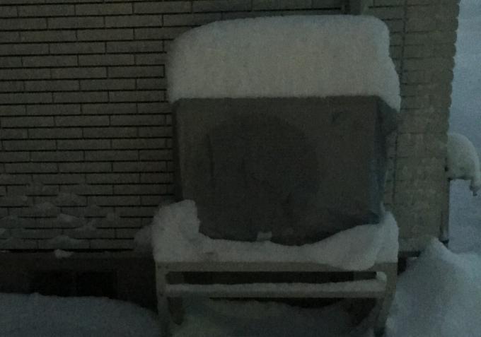 雪が積もったエアコン室外機