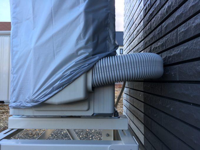 エアコン室外機カバーの配管部分