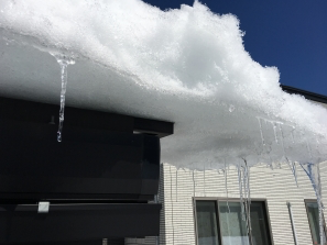 屋根からせり出した雪