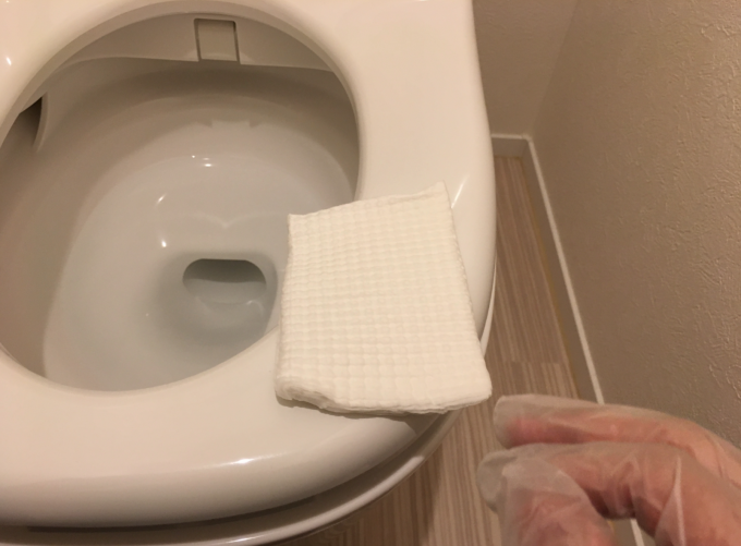 トイレクイックルで便座を拭く
