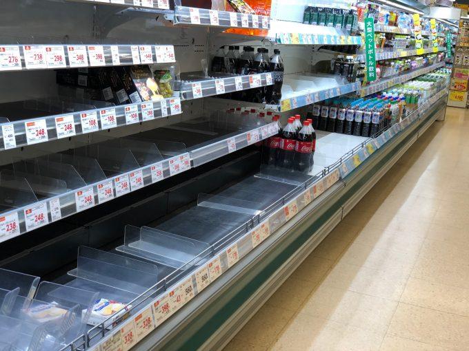 停電あけ後のスーパー飲み物コーナー