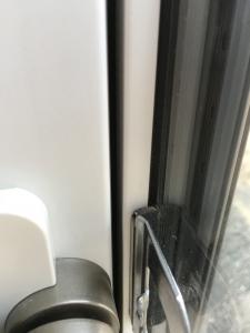 掃き出し窓の隙間