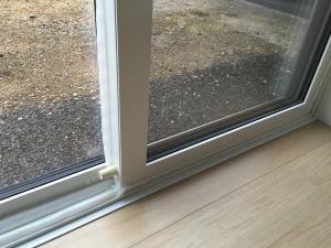 掃き出し窓の隙間を全て埋めた写真