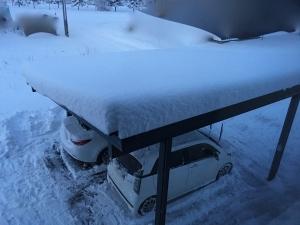 ソーラーカーポートの太陽光パネルに積雪
