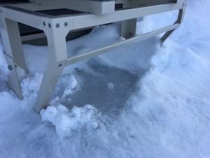 霜取り運転時の水滴が凍ってる