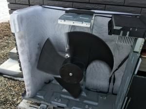 凍り付いた室外機内部