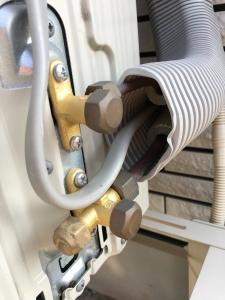エアコンの銅管が露出