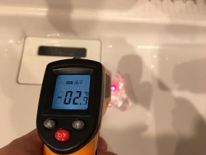 氷の表面の温度を放射温度計で計測