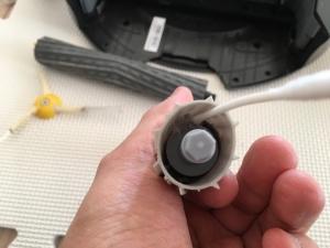 綿棒でAeroForce® エクストラクター内部を綺麗にする