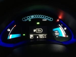 朝のリーフのバッテリー残量と走行可能距離