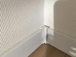 幅木と壁紙の隙間補修前